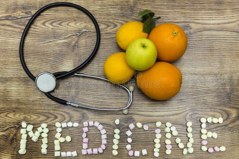 Phonendoscope, os limões, as laranjas e a maçã formaram a medicina com os marshmallows na placa de madeira imagem de stock royalty free