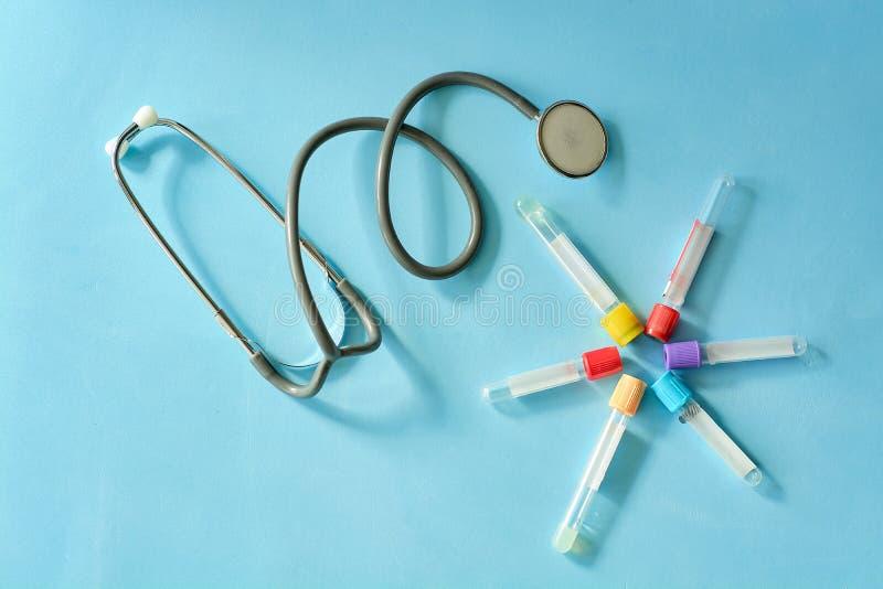 Phonendoscope-Stethoskop, Vakuumreagenzgläser auf blauem Hintergrund lizenzfreies stockfoto
