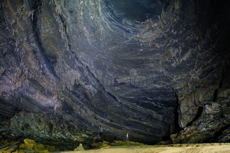Phong Nha Ke国立公园/越南,16/11/2017:在一个深堑侧壁下的人身分有在大吊连队洞里面的钟乳石的 库存照片