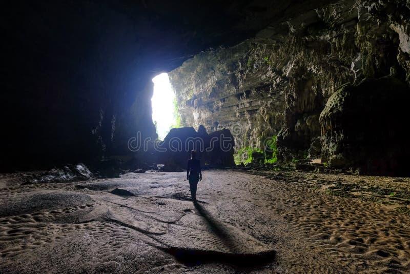 Phong Nha Ke国立公园/越南,15/11/2017:送进吊连队洞的妇女在Phong Nha Ke国立公园在越南 免版税库存照片