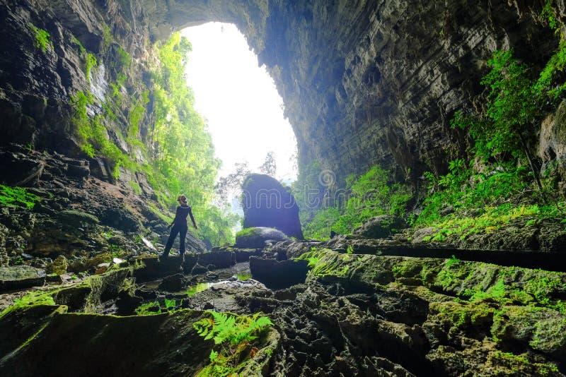 Phong Nha Ke国立公园/越南,15/11/2017:送进吊连队洞的妇女在Phong Nha Ke国立公园在越南 免版税库存图片
