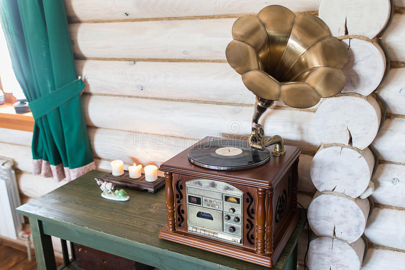 Phonographe antique se tenant sur la raboteuse photo stock