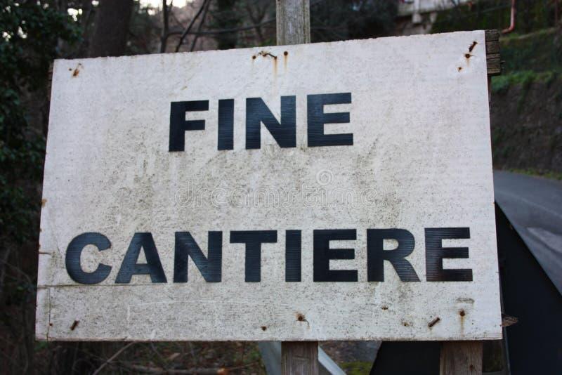 Photo éditoriale d'un site de construction de routes panneaux d'avertissement du travail en cours cartels écrits en italien Messa image stock