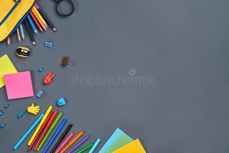 Photo étendue plate de bureau d'espace de travail avec des accessoires d'école ou des fournitures de bureau photos libres de droits
