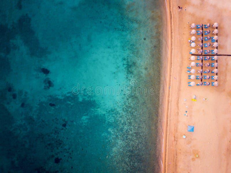 Photo aérienne d'une plage avec des parapluies de plage photographie stock