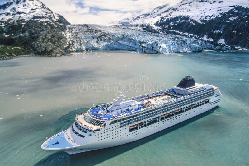 Photo aérienne de baie de glacier de l'Alaska avec le bateau de croisière photo libre de droits