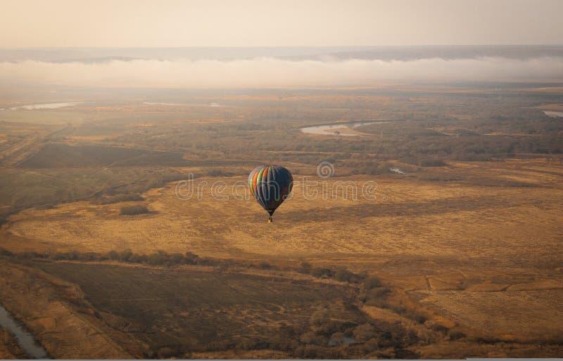 Photo aérienne de ballon aérostatique au-dessus du champ image libre de droits