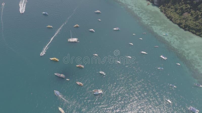 Photo aérienne de bourdon des bateaux à voile et des yachts dans la baie de l'île tropicale iconique de Phi Phi photographie stock
