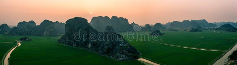 Photo aérienne de bourdon - montagnes et gisements de riz du Vietnam du Nord au coucher du soleil photos libres de droits