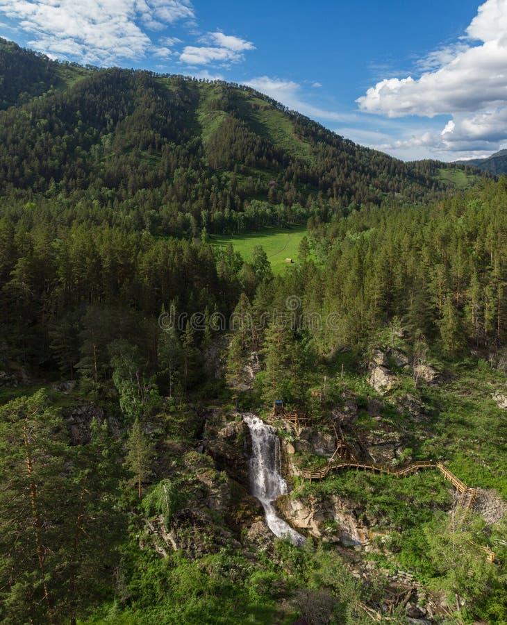 Photo aérienne de bourdon de vue de cascade dans les montagnes d'Altai photo stock