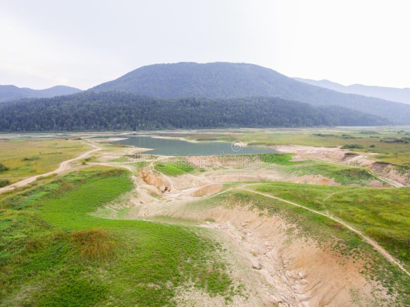 Photo aérienne de lit de lac séchant en raison de la sécheresse photo libre de droits