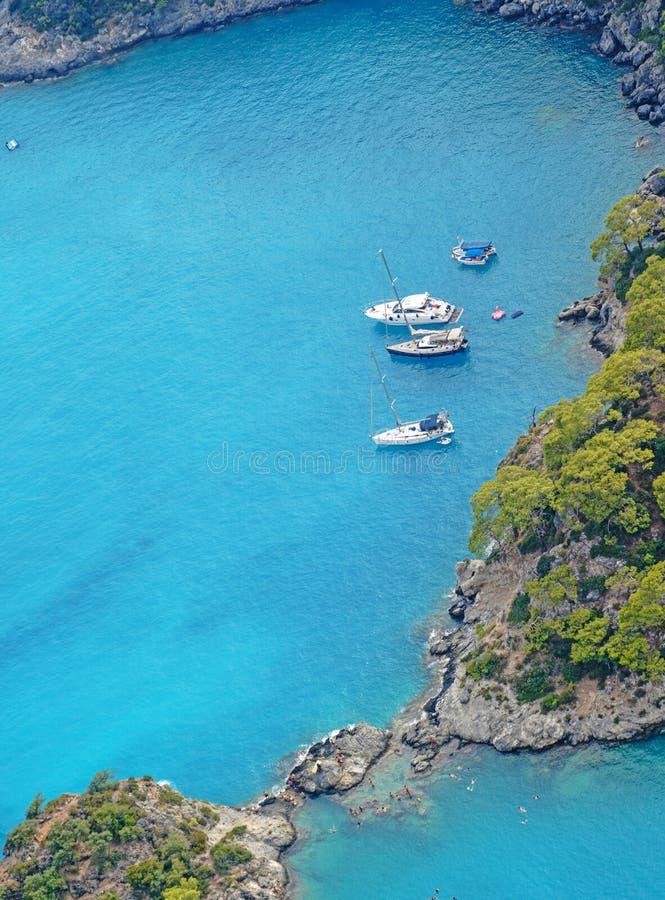 Photo aérienne de plusieurs bateaux ancrés en mer Méditerranée images libres de droits