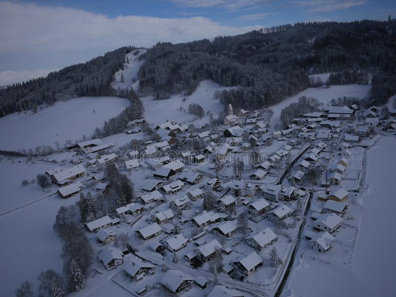 Photo aérienne de village en hiver images libres de droits