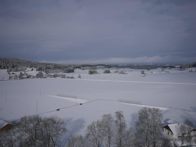 Photo aérienne de village en hiver photo libre de droits