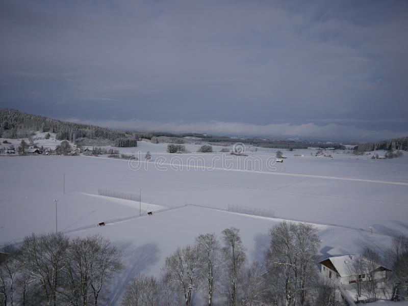 Photo aérienne de village en hiver image stock