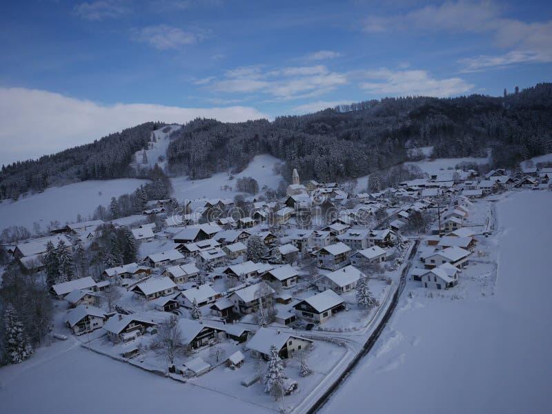 Photo aérienne de village en hiver photo stock