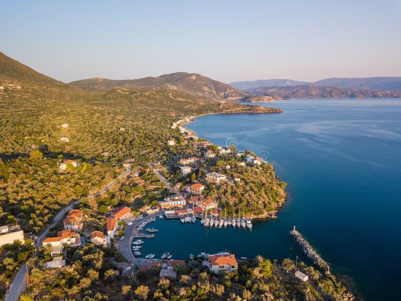 Photo aérienne de vue d'oeil du ` s d'oiseau de bourdon de petit port de yacht avec de l'eau calmes, Grèce photos libres de droits