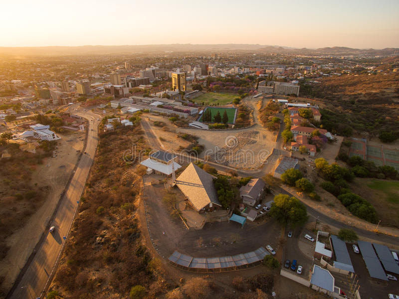 Photo aérienne de vue de centre de Windhoek et de ville photos stock