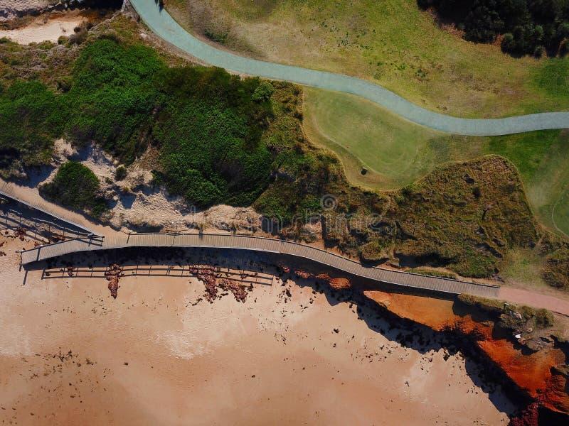 Photo aérienne de vue supérieure des voies en bois à la plage de Dee Why images stock