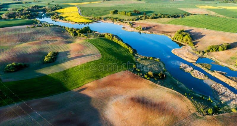 Photo aérienne des champs et du lac photos libres de droits