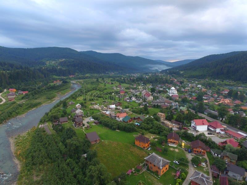 Photo aérienne des montagnes carpathiennes nuageuses photographie stock libre de droits