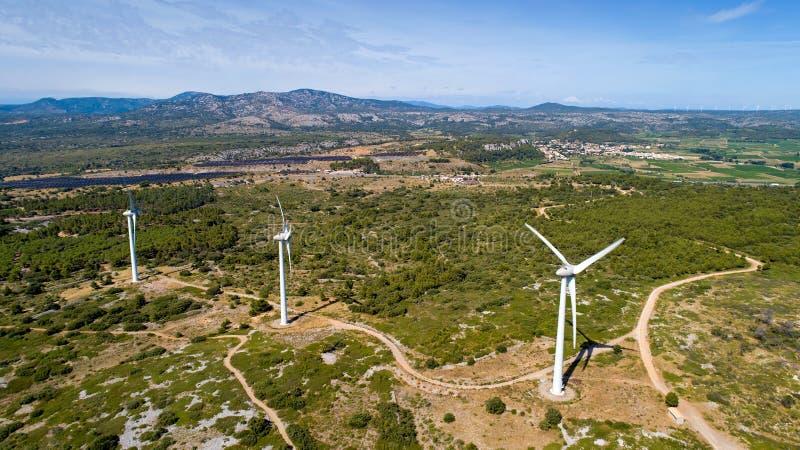 Photo aérienne des turbines de vent dans les montagnes de Corbieres photo libre de droits