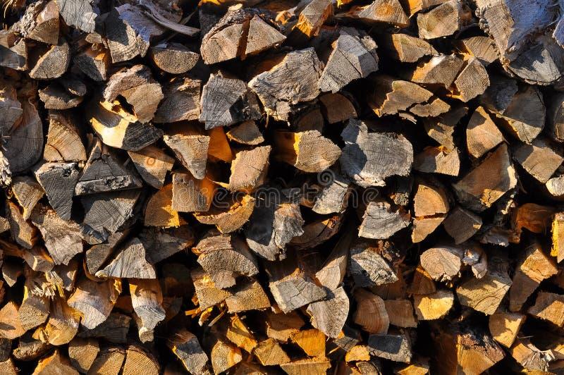 Photo abstraite d'une pile de fond en bois inégal naturel de rondins images libres de droits