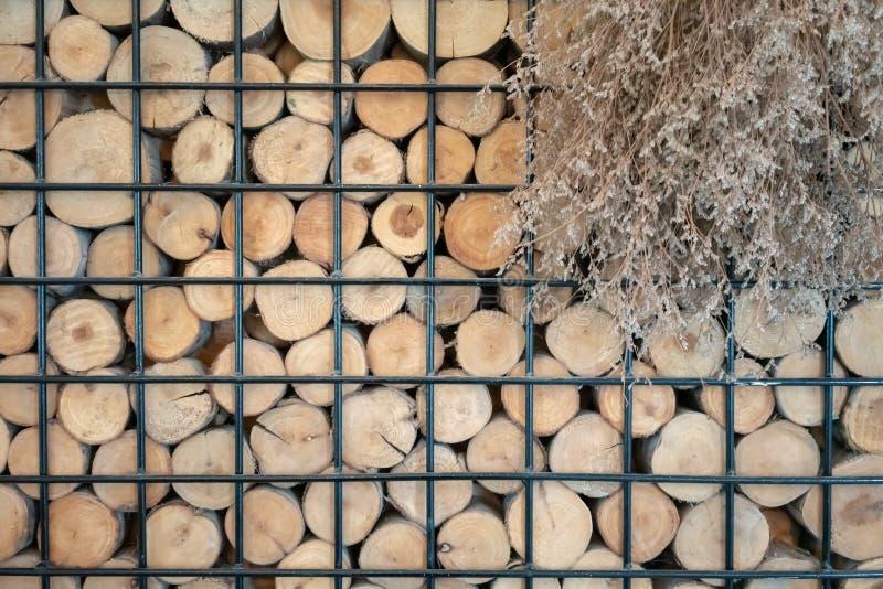 Photo abstraite d'une pile de fond en bois naturel de rondins dans le cadre noir en métal pour la conception intérieure images libres de droits
