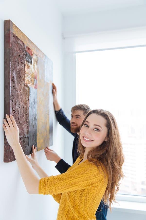 Photo accrochante de couples sur le mur photographie stock libre de droits
