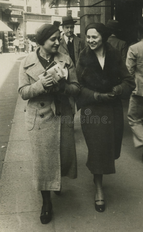 Photo antique de l'original 1945 - filles marchant dans la ville images libres de droits