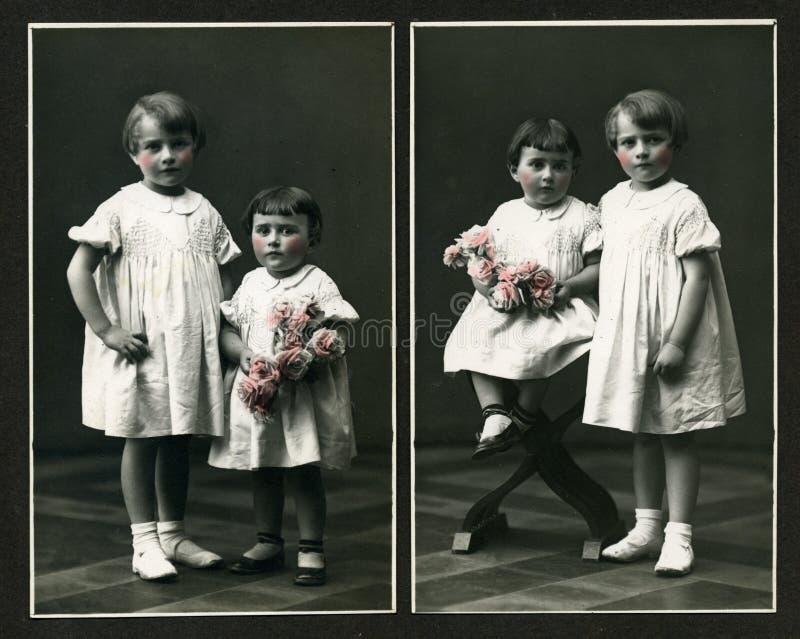 Photo antique initiale - jeunes filles avec des fleurs images libres de droits