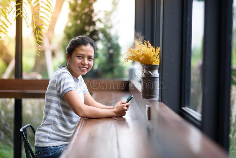 Photo Asian girl looking at camera in coffee shop stock photography