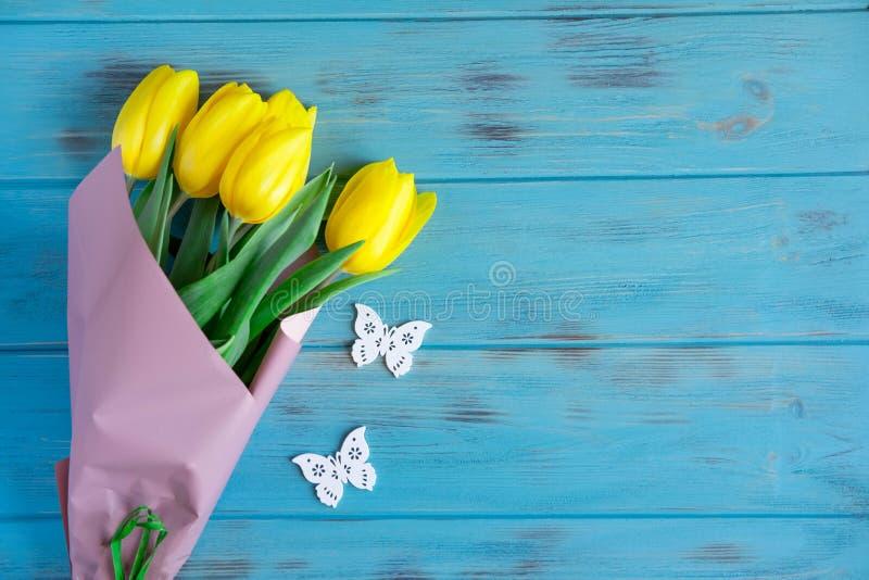 Photo avec des tulipes sur un fond en bois avec des papillons Vue pour la carte de voeux avec des fleurs Fond pour une bannière a images libres de droits
