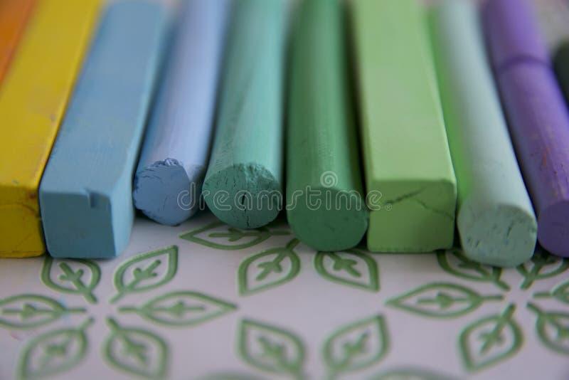 Photo avec un groupe de bâtons des pastels artistiques avec une prédominance des nuances vertes des pastels appropri? au fond illustration libre de droits