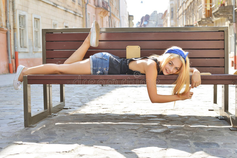 Photo colorée extérieure de plan rapproché d'été de fille de sourire heureuse assez blonde de jeunes avec le coctail à dispositio photo stock