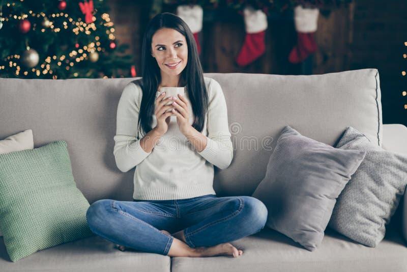 Photo complète du corps d'une joyeuse fille positive profiter des fêtes de Noël des fêtes de Noël penser plan ponder la tasse ave images stock