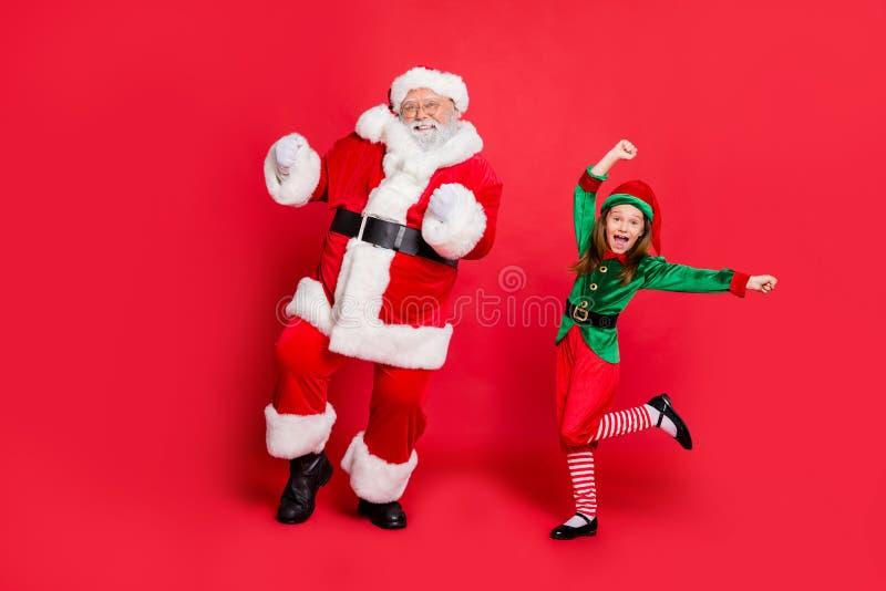 Photo complète du corps de deux claus de santa excités en coiffure dansant sur un événement festif portant un costume vert brilla photos libres de droits