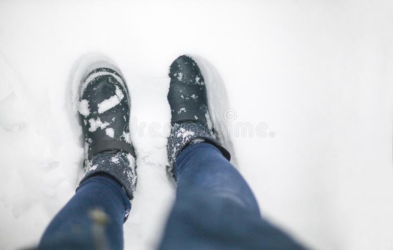 Photo conceptuelle d'hiver avec la neige au sujet du temps Bottes d'hiver sur une couche épaisse blanche de neige photo stock