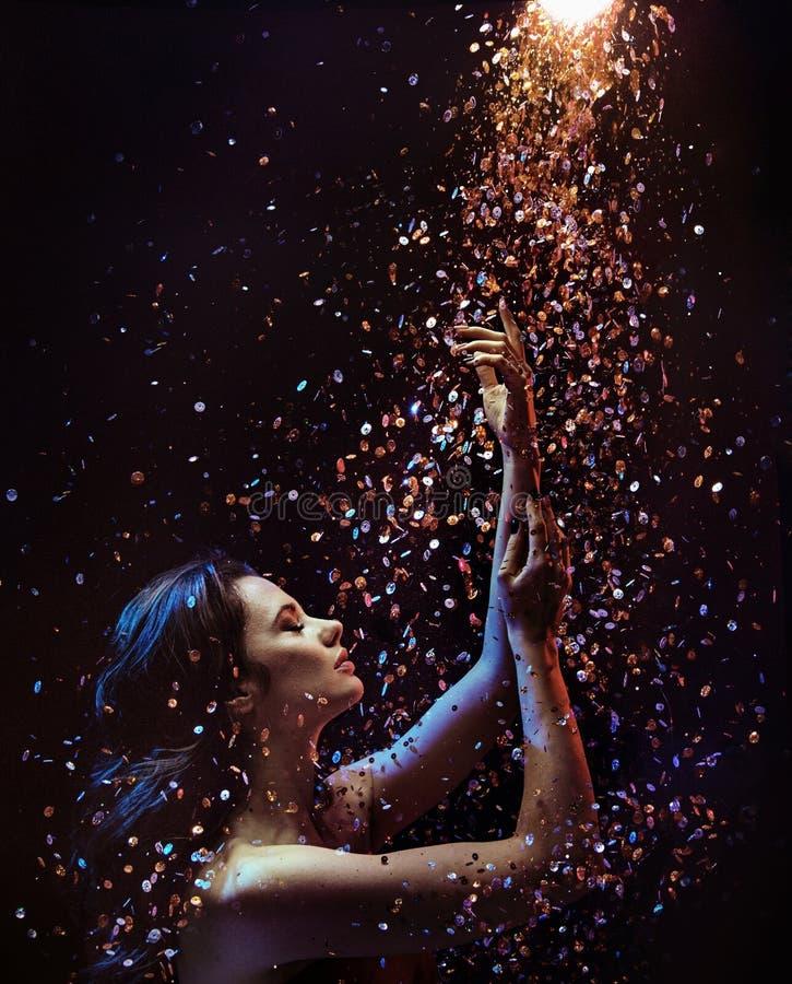 Photo conceptuelle d'une femme parmi des morceaux de cristal images stock
