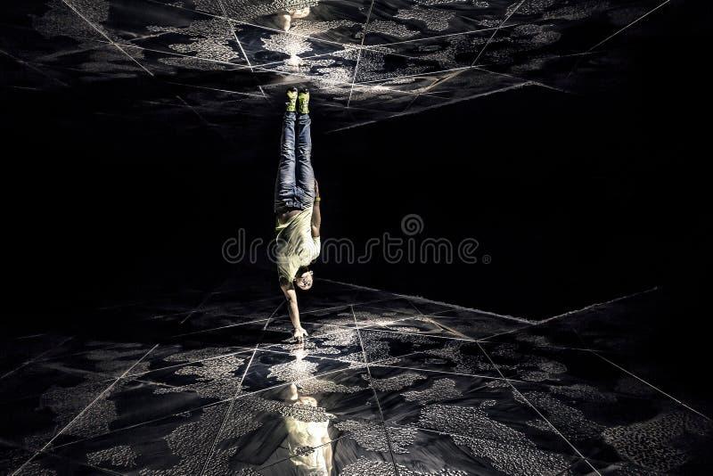 Photo conceptuelle de jeune et attirant homme entre deux murs image stock