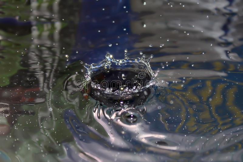 Photo couleur d'une vue de face d'?claboussure de gouttelette d'eau photographie stock libre de droits