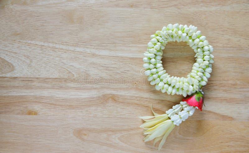 Photo courante : belles fleurs de guirlande thaïlandaises (jasmin et roses) photo stock