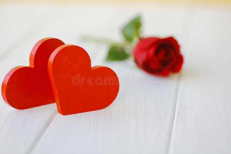 Photo courante : Coeur en bois rouge sur les conseils en bois blancs, photographie stock libre de droits
