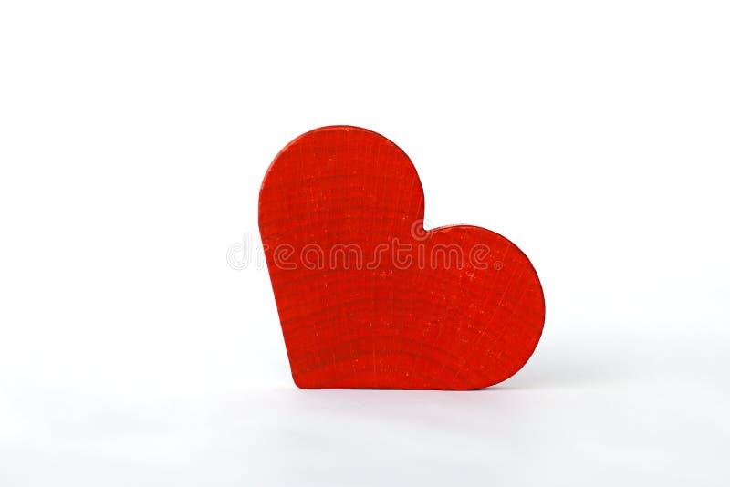 Photo courante : Coeur en bois rouge sur les conseils en bois blancs, photographie stock