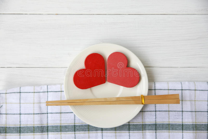 Photo courante : Coeur rouge de plat sur le fond en bois photo libre de droits
