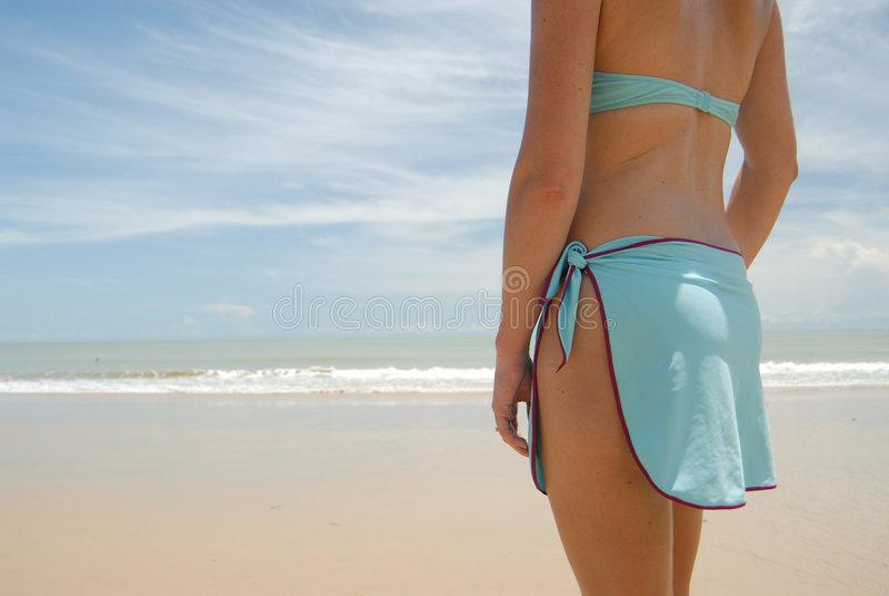 Photo courante de beau femme grand de brunette sur la plage dans photographie stock