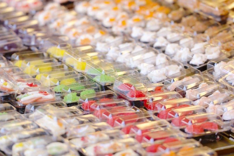 Photo courante - différents types de sushi de maki photographie stock libre de droits