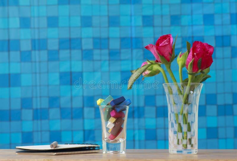 Photo courante : Groupe de roses roses dans le vase avec le cadeau rose et blan image stock