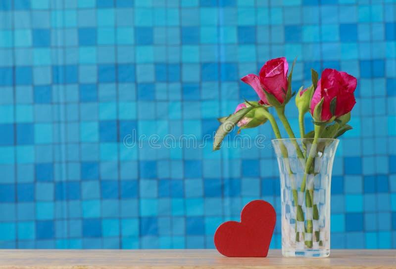 Photo courante : Groupe de roses roses dans le vase avec le cadeau rose et blan photos stock