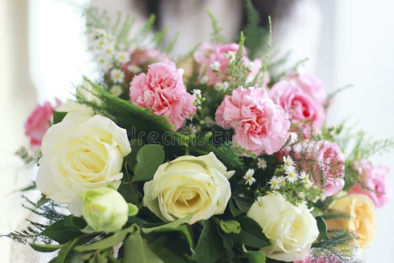 Photo courante - mains tenant le bouquet de belles roses blanches À photos stock